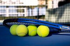 Juego del tenis Pelota de tenis en el campo de tenis foto de archivo libre de regalías