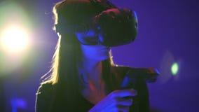 Juego emocional de la realidad virtual del juego 3D de la mujer Lanzamientos con los reguladores, mirando alrededor Muchacha que  metrajes
