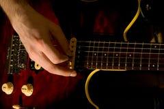 Juego en la guitarra Foto de archivo libre de regalías