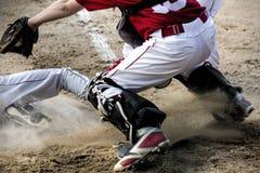 Juego en la meta en juego de béisbol de la juventud Imagen de archivo libre de regalías