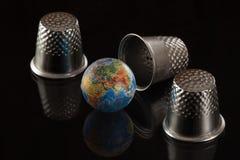 Juego en un dedal con el globo Imágenes de archivo libres de regalías