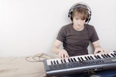 Juego en un Midi-teclado fotografía de archivo