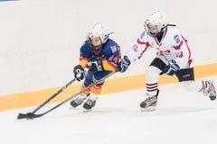 Juego entre los equipos del hielo-hockey de los niños Fotos de archivo libres de regalías