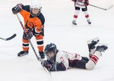 Juego entre los equipos del hielo-hockey de los niños Fotos de archivo