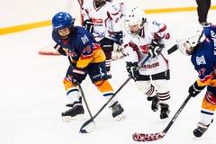 Juego entre los equipos del hielo-hockey de los niños Fotografía de archivo