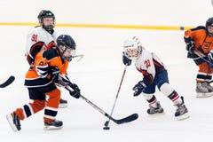 Juego entre los equipos del hielo-hockey de los niños Imagen de archivo