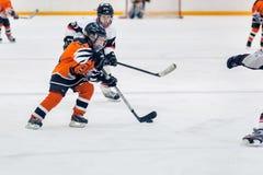 Juego entre los equipos del hielo-hockey de los niños Imagenes de archivo