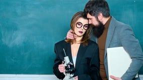 Juego er?tico Los estudiantes construyen relaciones positivas con sus profesores romance Estudiantes durante rotura en el caf? fotografía de archivo libre de regalías