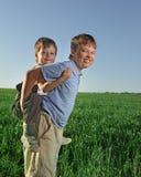 Juego feliz de dos muchachos Imagen de archivo libre de regalías