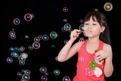 Juego feliz de la muchacha con las burbujas de jabón Foto de archivo