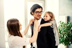 Juego feliz de la ni?a con su madre y padre fotografía de archivo libre de regalías