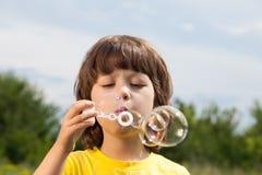 Juego feliz del muchacho en burbujas imágenes de archivo libres de regalías