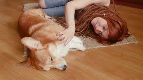 Juego femenino con el perro almacen de video
