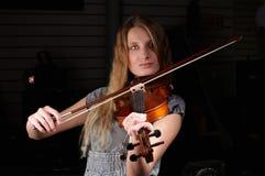 Juego femenino joven en el violín fotografía de archivo
