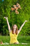 Juego hermoso de la mujer joven con el juguete Imagen de archivo
