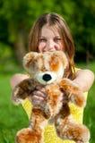Juego hermoso de la mujer joven con el juguete Fotografía de archivo