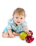 Juego hermoso del bebé con las manzanas verdes y rojas. Fotos de archivo libres de regalías