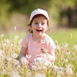 Juego lindo de la niña en el parque Foto de archivo libre de regalías