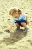 Juego lindo del bebé con la arena Imágenes de archivo libres de regalías