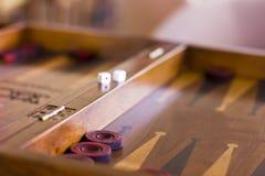 Juego marrón de madera del backgammon con un dado imágenes de archivo libres de regalías