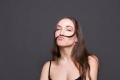 Juego moderno hermoso de la muchacha con su pelo Foto de archivo libre de regalías