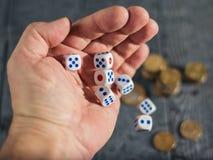 Juego para dinero-lanzar en la tabla con los dados del dinero Imagen de archivo