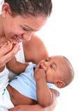 Juego sonriente de la mama con el bebé Foto de archivo libre de regalías
