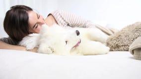 Juego sonriente de la mujer con el perro casero almacen de metraje de vídeo