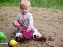 Juego sucio del bebé con la arena Foto de archivo libre de regalías