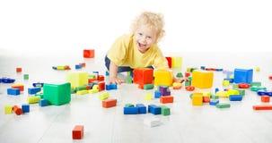 Juego Toy Blocks, el jugar del bebé de niño de arrastre en piso con los juguetes imágenes de archivo libres de regalías