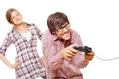 Juego video adolescente y su muchacha enojada Imagen de archivo