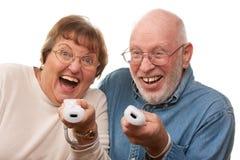 Juego video del juego mayor feliz de los pares con los telecontroles Foto de archivo libre de regalías