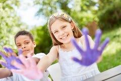 Juego y pintura de niños con las pinturas del finger Imágenes de archivo libres de regalías