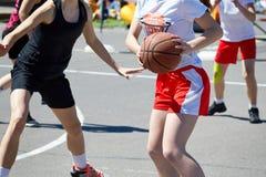 Juego y tren del jugador de básquet de los adolescentes de las muchachas Imágenes de archivo libres de regalías
