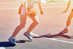 Juego y tren del jugador de básquet de los adolescentes de las muchachas en el basketba Foto de archivo libre de regalías