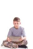 Juegos adolescentes en el ordenador de la tablilla Imágenes de archivo libres de regalías