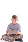 Juegos adolescentes en el ordenador de la tablilla Foto de archivo