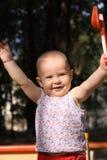 Juegos adorables del bebé en una salvadera Imagenes de archivo