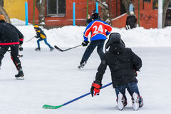 Juegos aficionados del equipo de hockey en el hielo Imagen de archivo libre de regalías