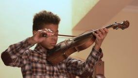Juegos afro sonrientes del niño en el violín metrajes