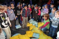 Juegos al aire libre activos de los niños bajo la dirección del teatro Smeshariki de los animadores de Santa Claus y de los actor Foto de archivo libre de regalías