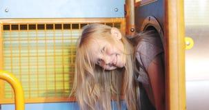 Juegos alegres de la muchacha en el cuarto de niños almacen de metraje de vídeo