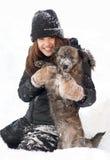 Juegos bonitos del adolescente con su perro Imagenes de archivo