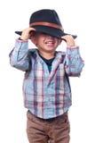 Juegos bonitos del niño pequeño con el sombrero de vaquero Imagen de archivo