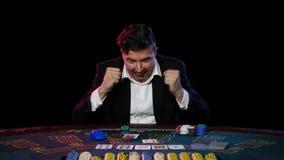 Juegos brutales del hombre en tarjetas en línea del casino metrajes