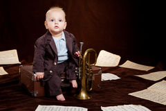 Juegos caucásicos del bebé con la trompeta Foto de archivo