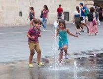 Juegos de Childre con agua Foto de archivo libre de regalías