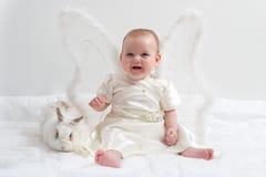 Juegos de hadas con el conejo blanco Imagen de archivo libre de regalías