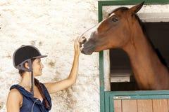 Juegos de la chica joven con su caballo Fotografía de archivo libre de regalías