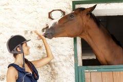 Juegos de la chica joven con su caballo Imagen de archivo